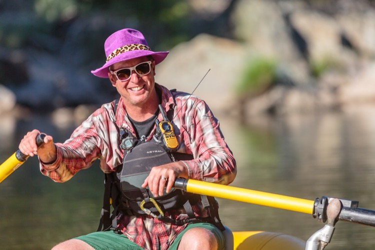 Chris Thornley works as a rafting guide to ferry runners across the American River at mile 78 of Western States pc Melissa Ruse 750 Mantequilla de nueces de ardilla: una solución natural