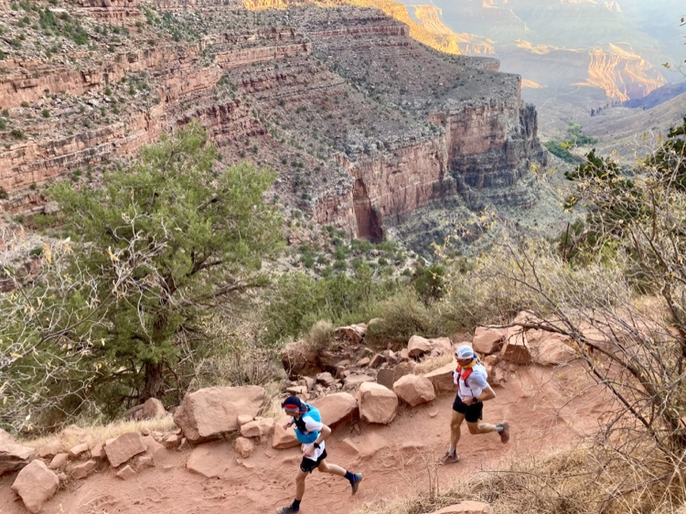 Max and Sebastian running in the Canyon pc Jessica Brazeau 750 My Grand Canyon FKT (tiempo conocido más divertido)