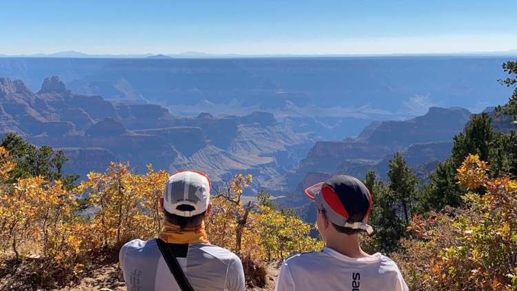 Max and Sebastian taking in the Canyon views pc Mike Salsbury 750 My Grand Canyon FKT (tiempo conocido más divertido)