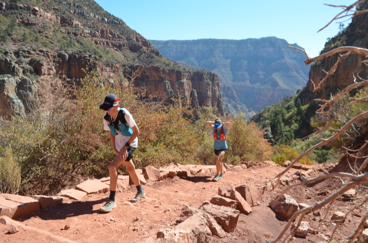 Sebastian and Jessica hiking up to the rim pc Max King 750 My Grand Canyon FKT (tiempo conocido más divertido)