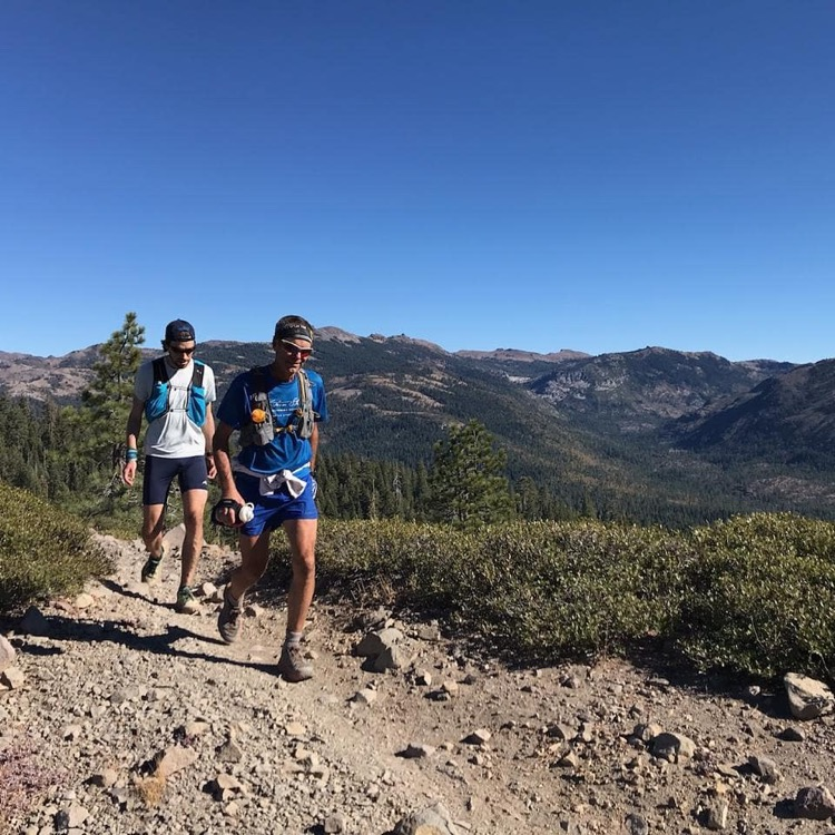 Barger smiles as he moves through the high country 750 Western States 200 - Revista Ultrarunning