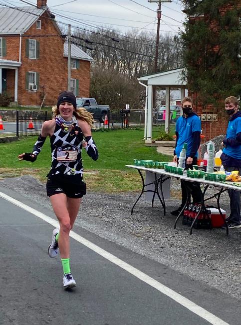 Camille Herron in the lead with just a few miles to go. Photo by Andy Mason Tiempos históricos y precauciones en el JFK 50